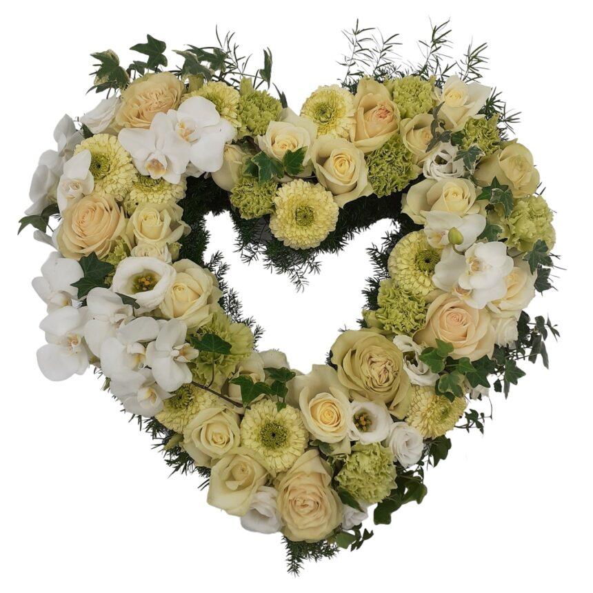 Blomsterhjärta av vita rosor, orkidéer, kallor m.m. hos Bellis blomsterhandel.
