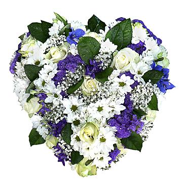 Blomsterhjärta i vitt och blått med bl.a. rosor, krysantemum, sommar-riddarsporre och brudslöja hos Bellis blomsterhandel.