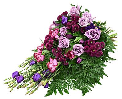 En begravningsbukett i lila toner med prärieklocka, rosor, santini och nejlika hos Bellis blomsterhandel.