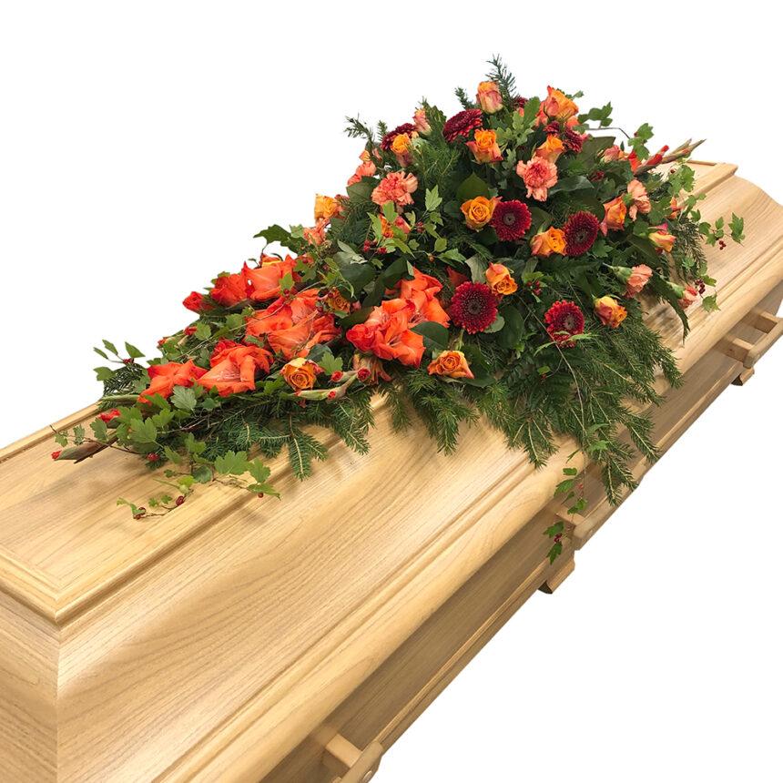 Kistdekoration i höstens och sensommarens varma färger med nejlikor, rosor, gladiolus och gerbera hos Bellis blomsterhandel.