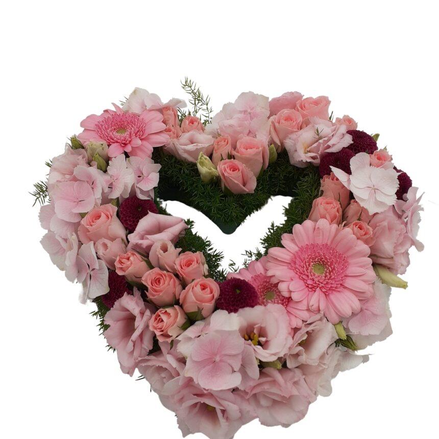 Blomsterhjärta av rosor, prärieklocka, germini, hortensia.