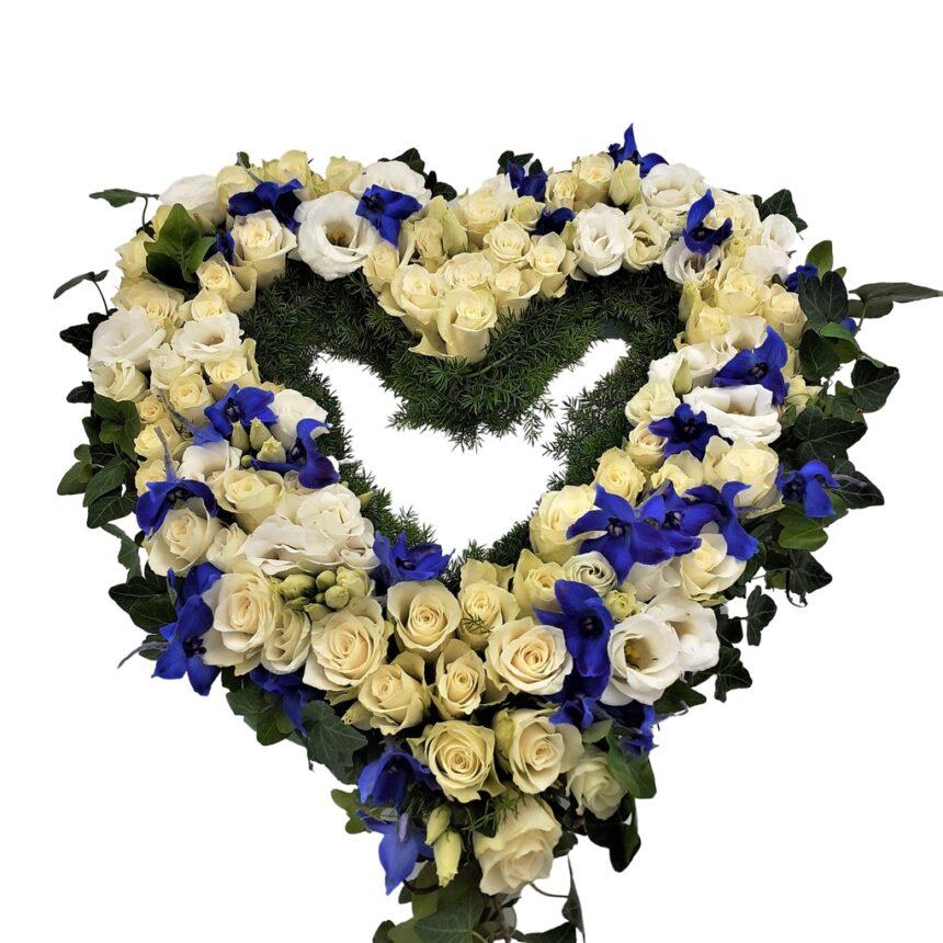 Begravningskrans i blått och vitt hos Bellis blomsterhandel.
