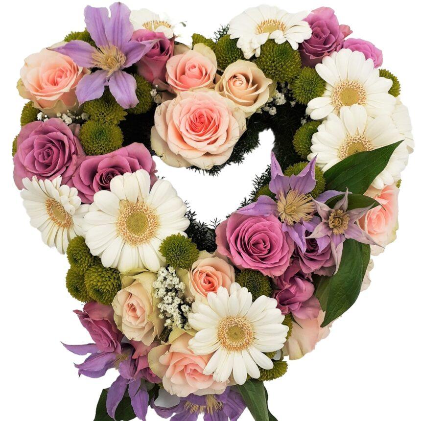 Blomsterhjärta av rosor, gerbera och krysantemum i pastellfärger hos Bellis blomsterhandel.