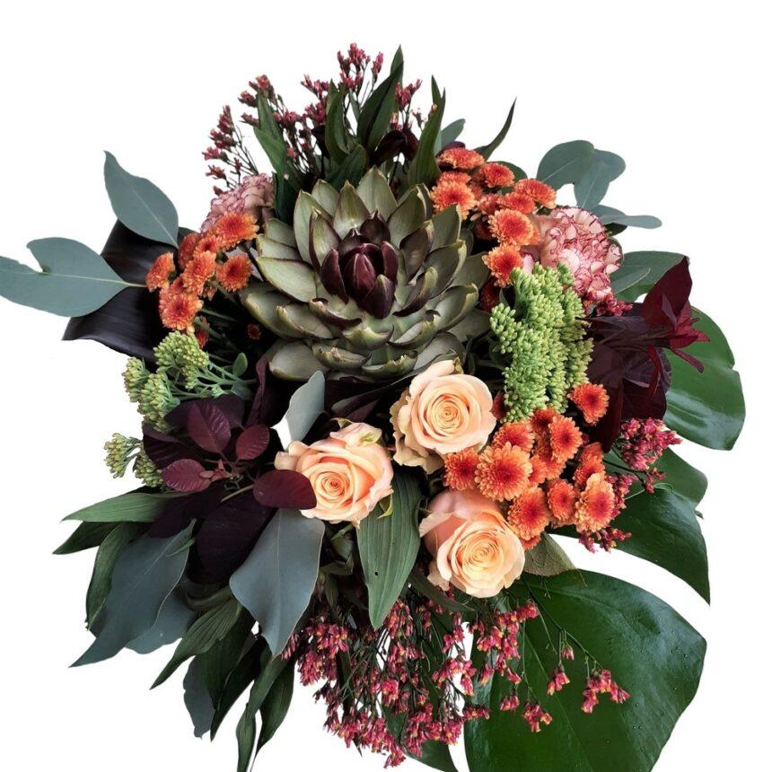 Vacker bukett med säsongens färger och blommor