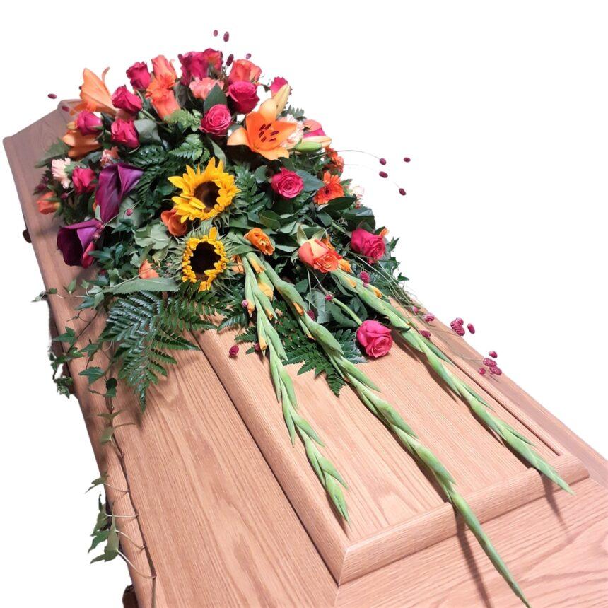 Kistdekoration i sensommarens färger, blommor och grönt hos Bellis blomsterhandel.