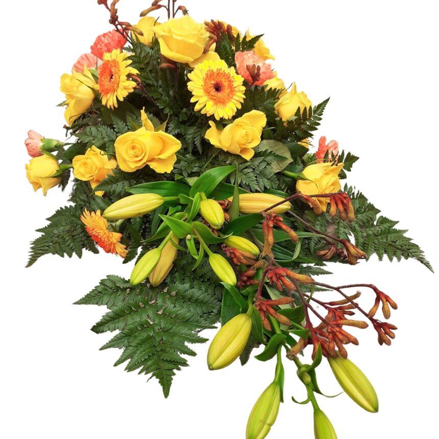 Låg begravningsdekoration i gult hos Bellis blomsterhandel.