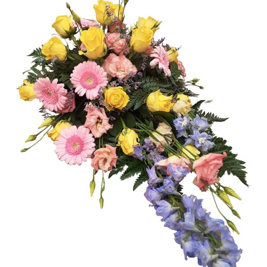 Låg begravningsdekoration i gult, rosa & blått hos Bellis blomsterhandel.