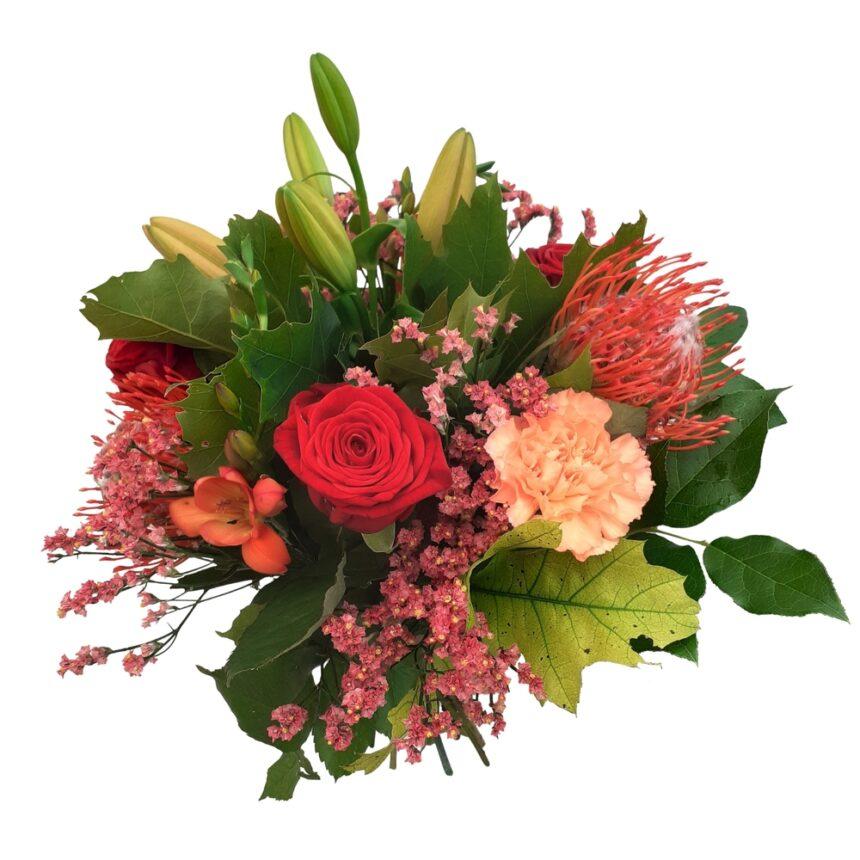 Vacker bukett med rosor, liljor, nejlikor hos Bellis Blomsterhandel.