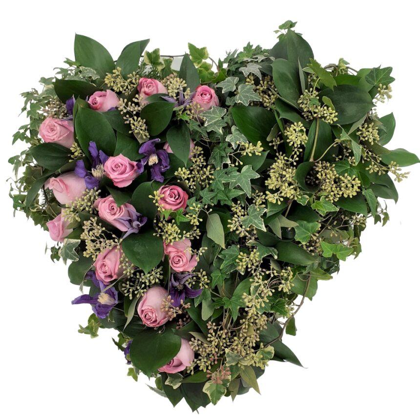 Stängt begravningshjärta, 38cm hos Bellis blomsterhandel.